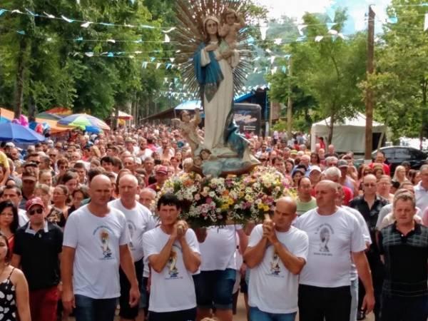 Milhares de fiéis participam da procissão de Navegantes em Porto Mauá