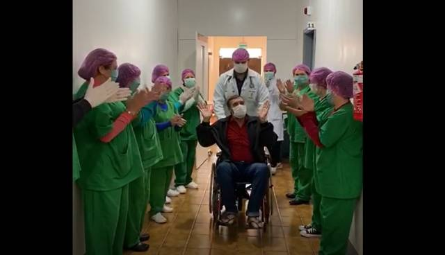 Homem é aplaudido por médicos e enfermeiros ao se recuperar do coronavírus em Coronel Bicaco