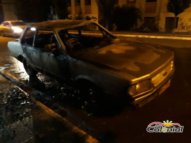 Veículo é destruído por incêndio no Centro de Três de Maio; VEJA VÍDEO