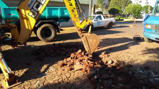 Corsan substitui rede de água antiga em mais uma rua que vai ser asfaltada